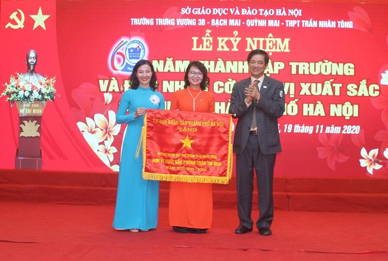 Trường THPT Trần Nhân Tông (quận Hai Bà Trưng) đón nhận Cờ đơn vị xuất sắc của Thành phố