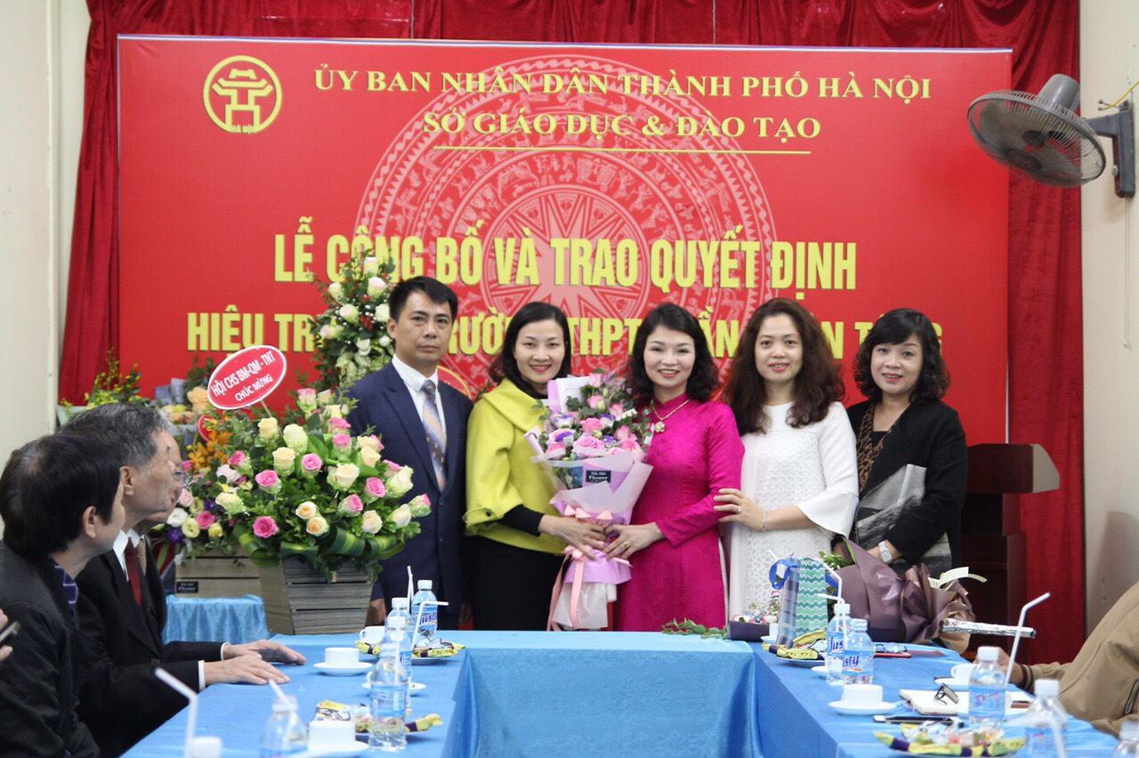 Trao quyết định bổ nhiệm chính thức chức danh Hiệu trưởng trường THPT Trần Nhân Tông