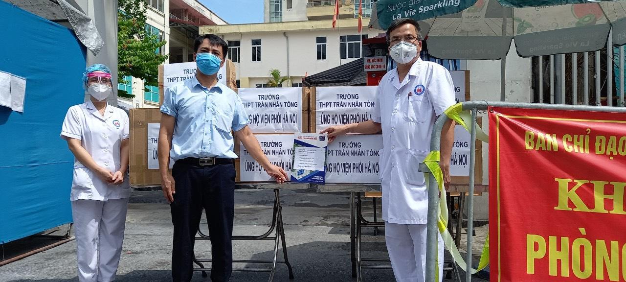 Chia sẻ những khó khăn, vất vả với các Y, Bác sỹ, nhân viên Bệnh viện Phổi Hà Nội (Quận Hai Bà Trưng) và Trung tâm y tế phường Đồng Nhân